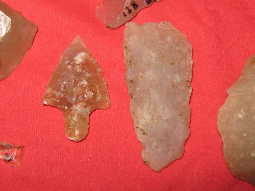 Pointe de flèches perçantes et tranchantes de calcédoine des sites 138 et 66