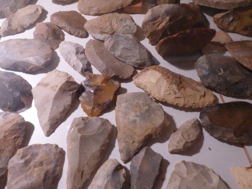 Racloirs et pointes Moustériennes de divers sites
