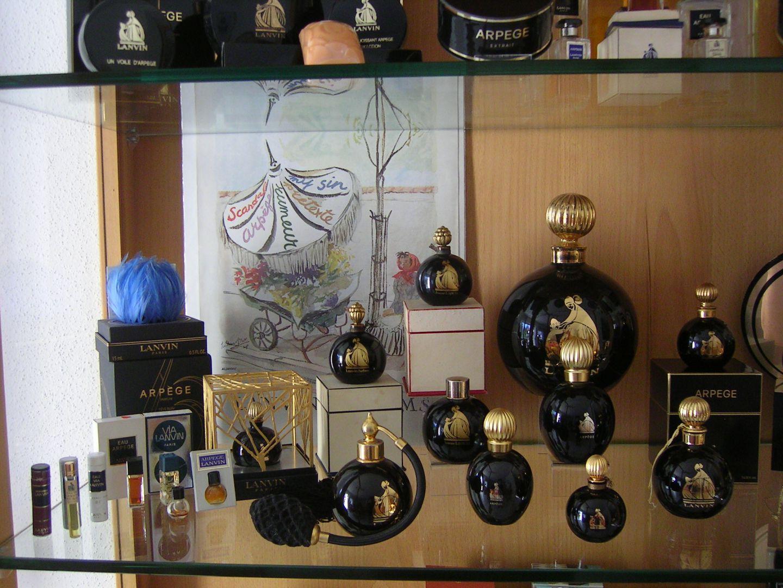 ma vitrine ma collection de miniatures de parfum. Black Bedroom Furniture Sets. Home Design Ideas