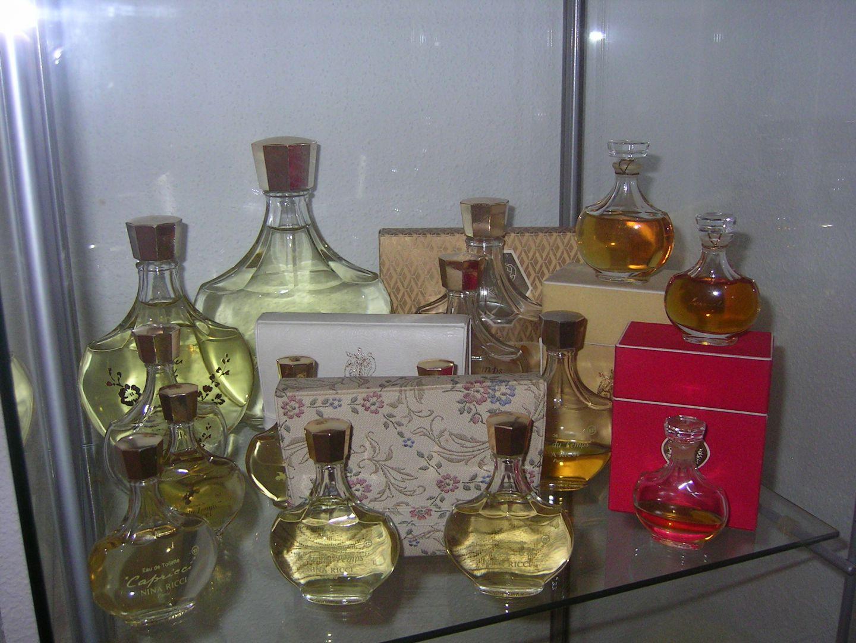 vitrine ma collection de miniatures de parfum. Black Bedroom Furniture Sets. Home Design Ideas