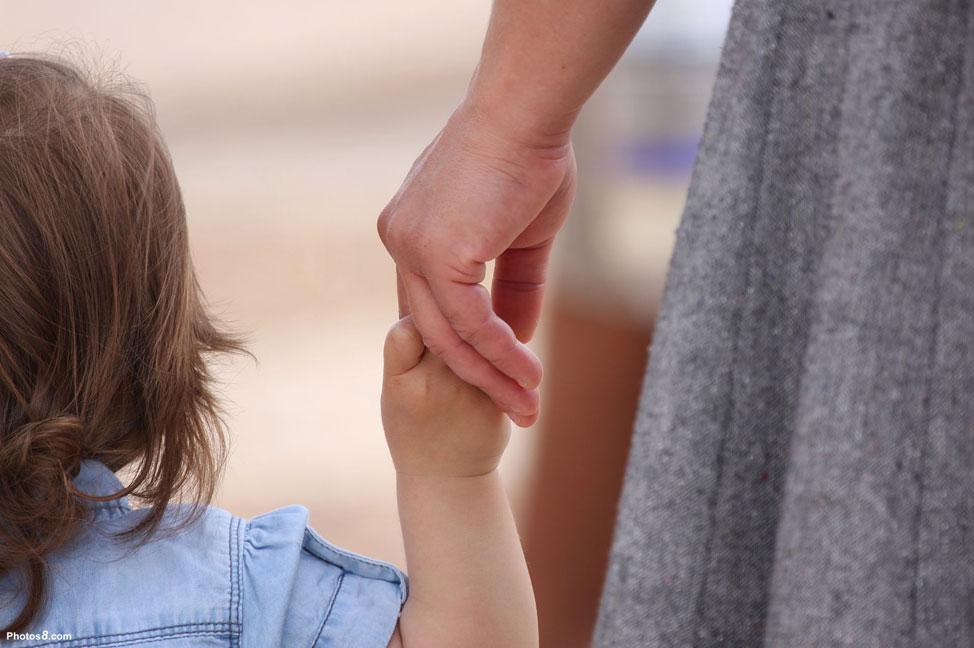 femme-tenant-un-enfant-par-la-main.jpg