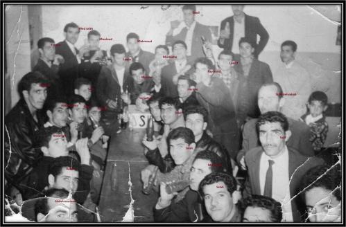 JOUEURS ET SUPPORTERS DE LA JS KHERRATA REUNIS DANS LE CAFE DE MANADI AHMED APRES UN MATCH VICTORIEUX EN 1968.jpg
