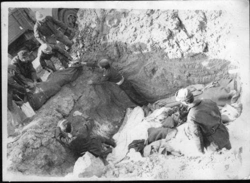 Une fosse commune des morts du seisme