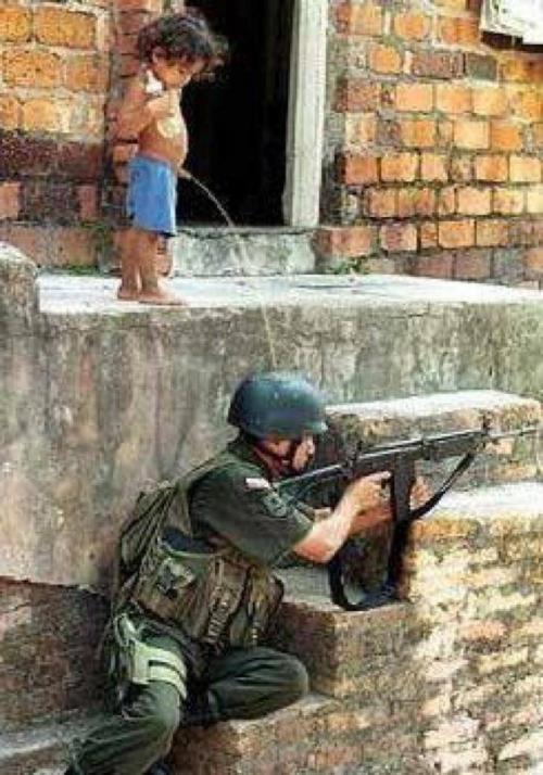 petit garçon fait pipi sur un soldat.jpg