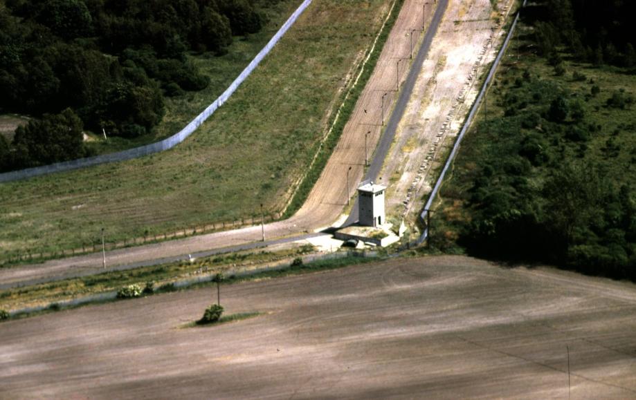 construction L e Mur de Berlin cöté RDA.jpg