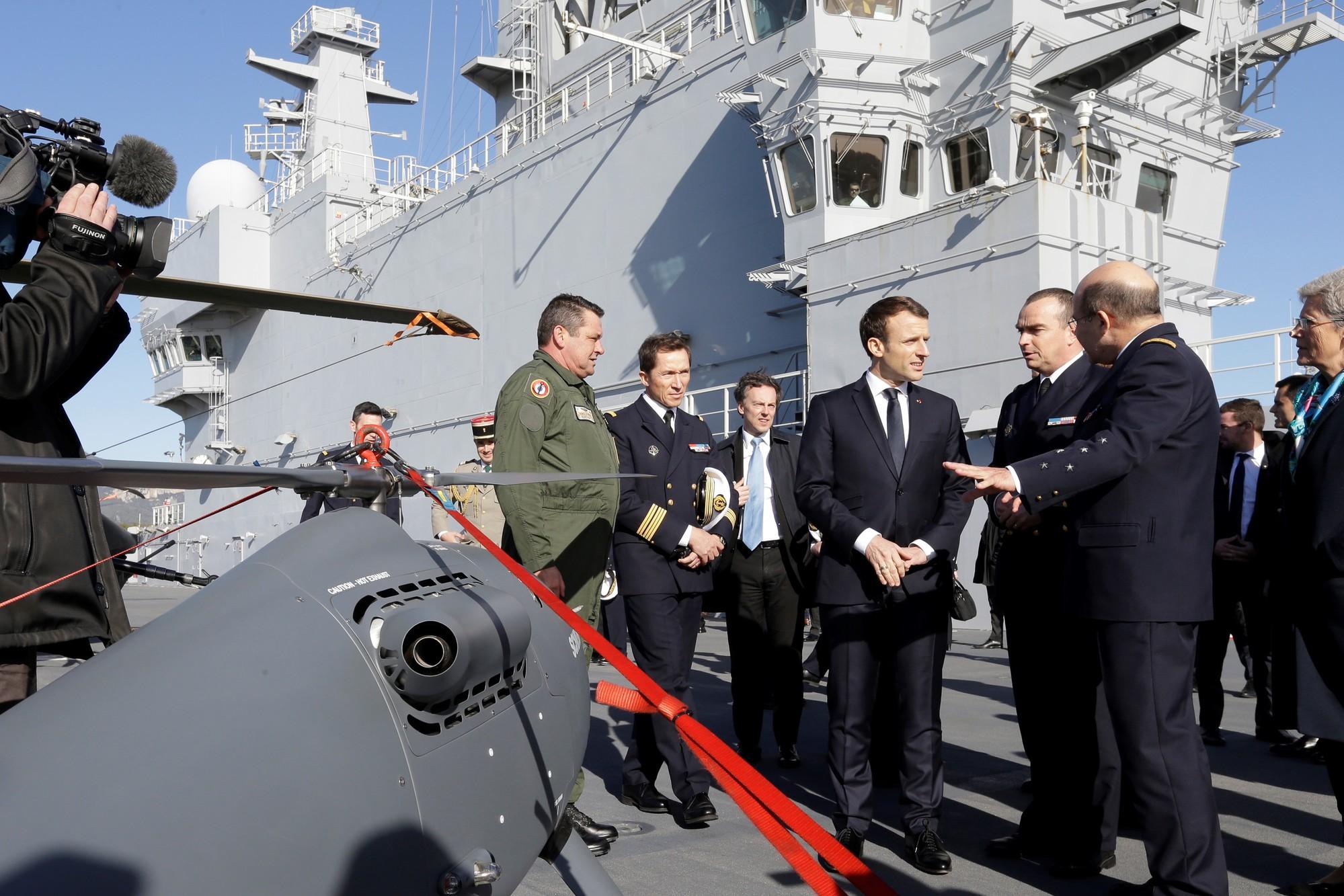 Macron sur le Dixmude.jpg