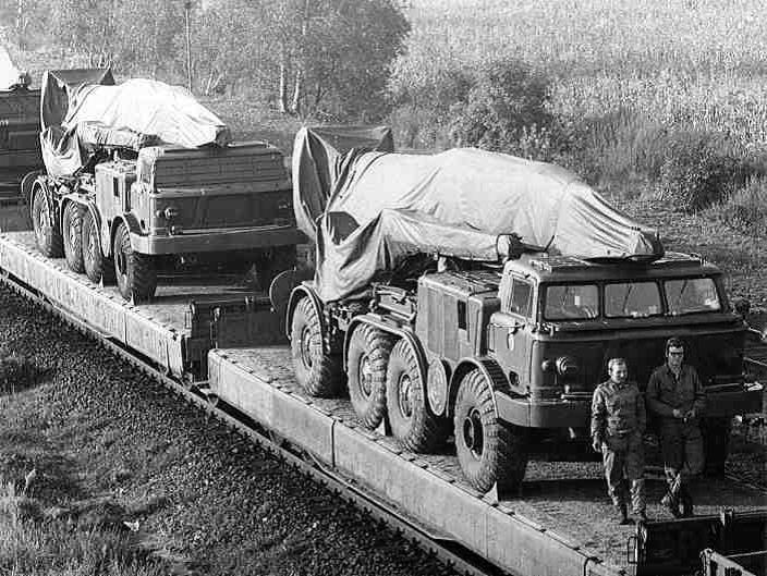 Train de Transporteurs-érecteurs-Lanceurs (TEL) de missiles nucléaires FROG 7.jpg