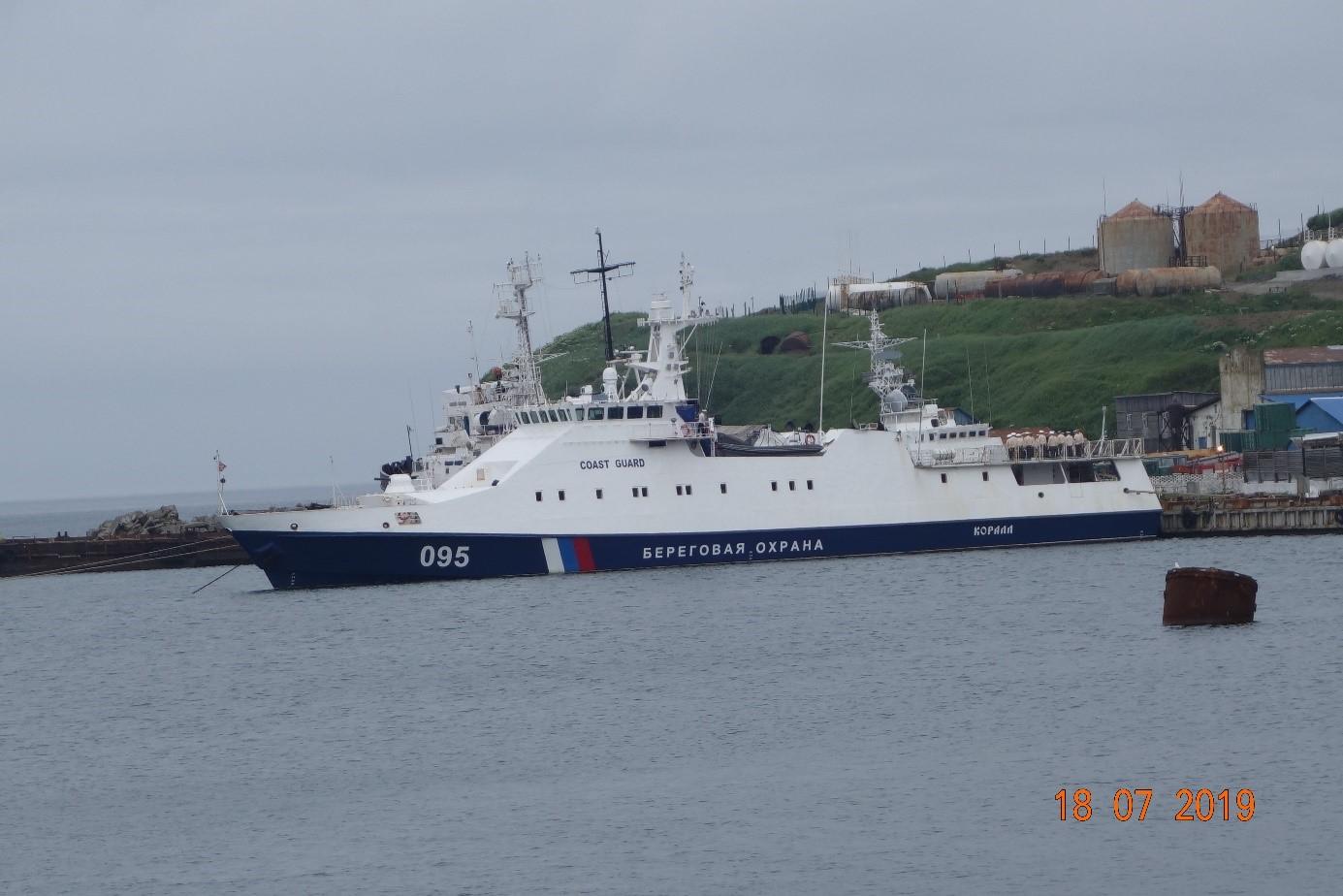 Bâtiment des garde-côtes dans le port de l'ile de SHIKOTAN.jpg