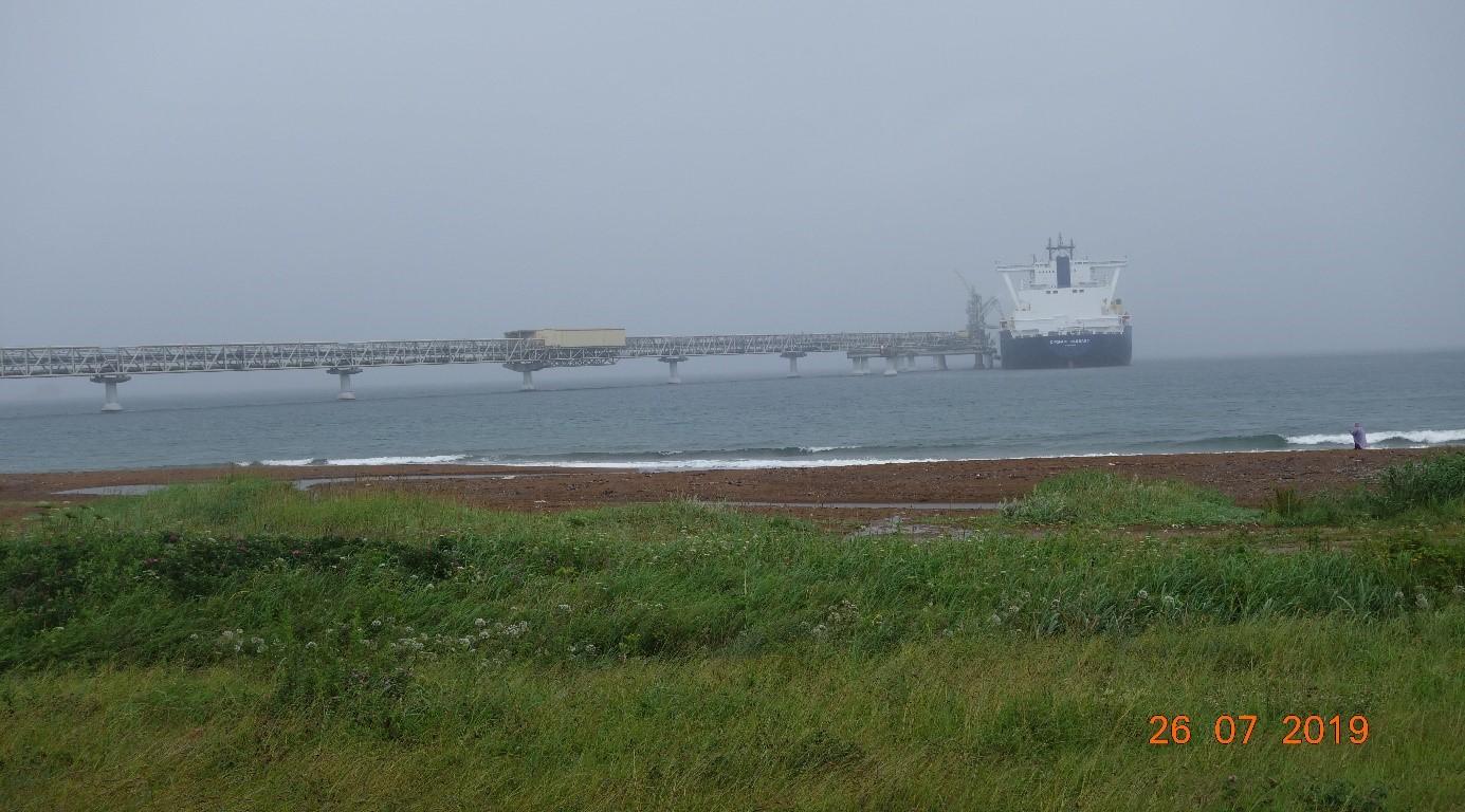 Méthanier en cours de ravitaillent en GNL sur le terminal de Sakhaline Prigorodnoye.jpg