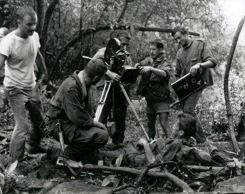 Le lieutenant Torrens au mileu des bléssés vietnamiens
