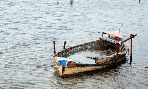 Vendredi 12 Mars - Une vieille barque ......