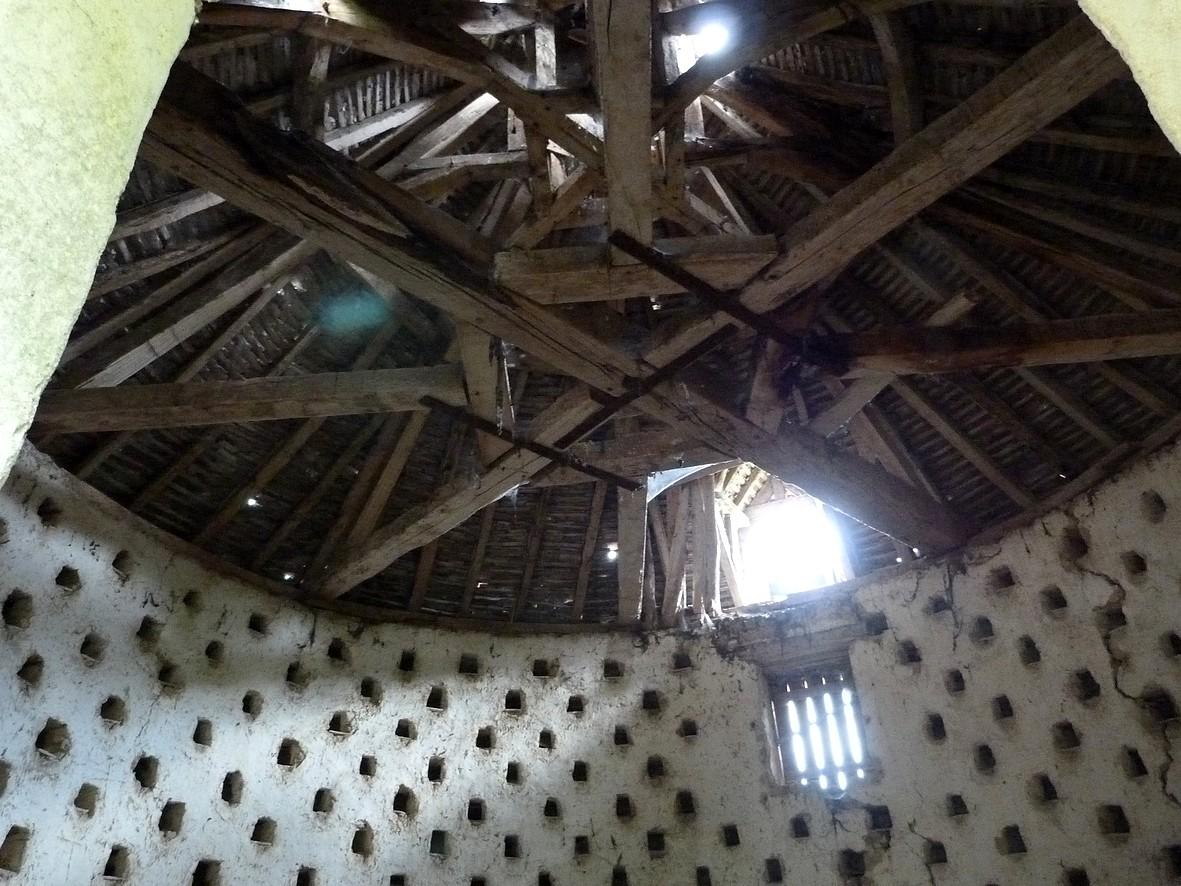 L'intérieur du pigeonnier. Observez la magnifique charpente