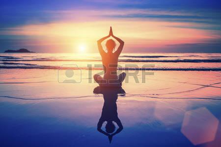 Belle image de méditation en pleine mer et au coucher du soleil.