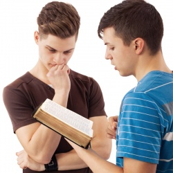2jeunes lisant la bible.jpg