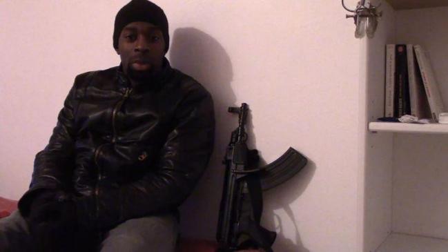 La revendication Amedy coulibaly devant sa bibliotheque 7-9 janvier 2015 Charlie Hebdo