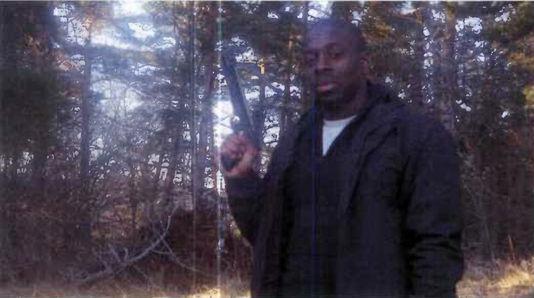 Amedy Coulibaly, l'un des terroristes du 7-9 janvier, posant dans les bois avec une arbalète