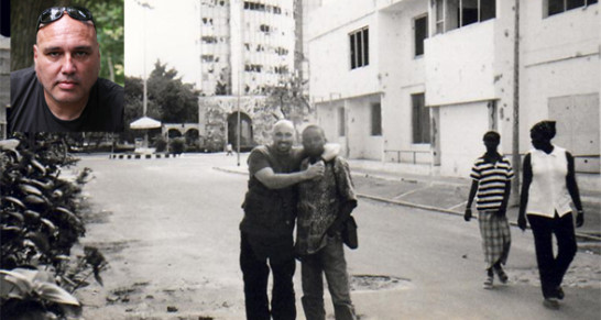 Claude Hermant en Afrique tenant par le bras un jeune africain..jpg