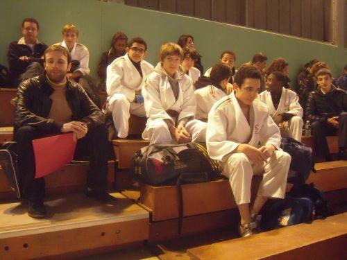 Comme à chaque compet' les judokas du KCC , leurs familles et leur coach se groupent ensemble...