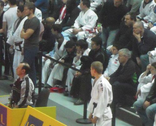Assis entre Christian Péden , directeur sportif du KCC et mon ami Simballa qui a eu la gentillesse