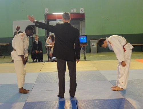 Nous sommes 3 judokas du KCC en - de 55kgs. Celà implique que nous combattions souvent les uns contre les autres. Ici , Simballa bat notre pote Nassim pour la place de 3