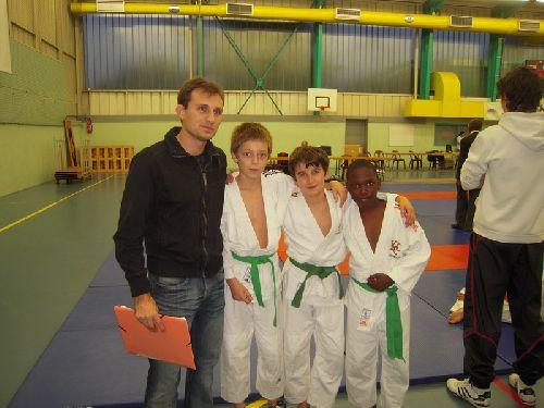 Yann Claverie entraineur de l'école de judo du KCC avec Matthieu Thomas et Simballa