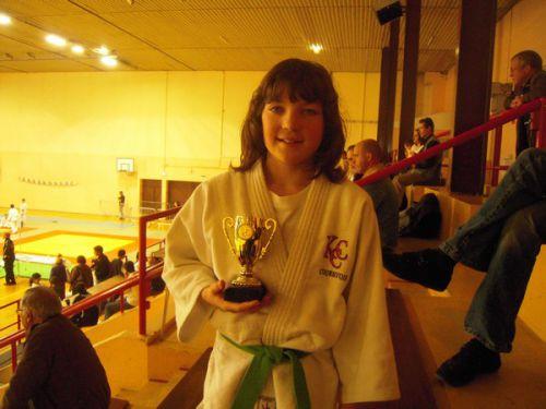 La petite Léa gagne une coupe. Elle a , comme toujours , été tres energique et volontaire. Bravo !