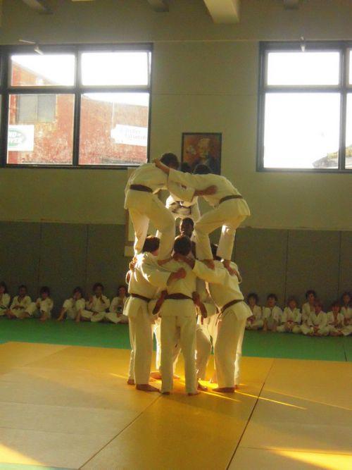 Les minimes et les cadets réalisent une pyramide