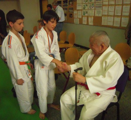 Maxime et moi , nous présentons nos respects à Maitre Shozo Awazu 9eme Dan