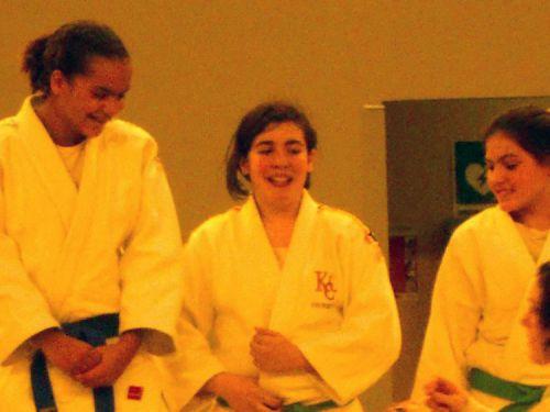 Héléna a le sourire . Elle termine seconde de ce tournoi. C'est tres bien !