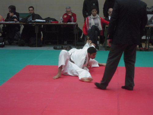 A droite ou à gauche Mohamed ne lache jamais un adversaire qu'il tient au sol
