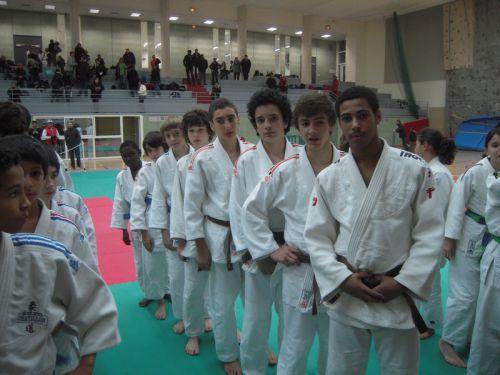 En attente de la coupe et des médailles...A gauche , Olivier , brillant représentant de l'autre équipe finaliste : Chatillon