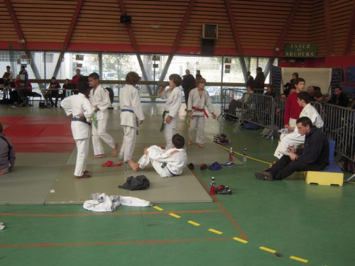 Jean Pacifique( en bleu à droite ) , prof du KCC nous accompagnait lors de ce tournoi