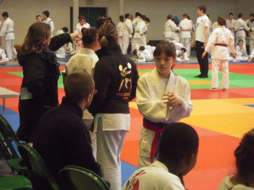 Léa écoute avec attention les conseils de Romain Thomas notre prof à l'école de judo du KCC