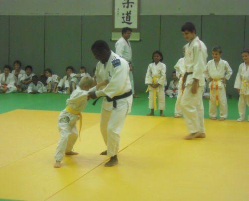 Le combat semble bien inégal qui oppose Dimitri Dragin ,ceinture noire et un jeune judoka ceinture jaune..