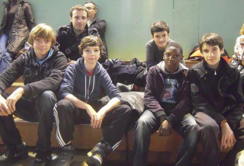 En civil avant la compet' : Matthieu , Maxime , Simballa et moi . Derriere nous , notre coach Romain Thomas et Nassim