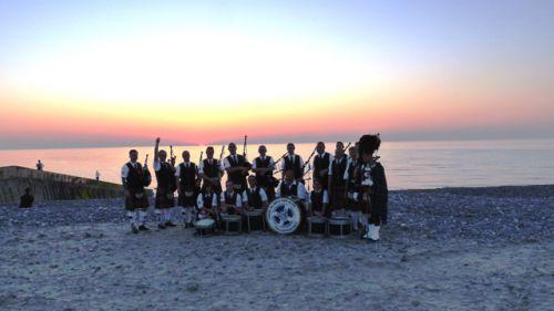 Photo de groupe au coucher de soleil