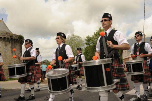 Reun JEZEGOU et Askol Ha Brug Pipe Band au défilé dans les rues de Guérande