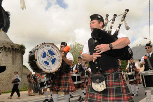Christophe LB et Askol Ha Brug Pipe Band au défilé dans les rues de Guérande