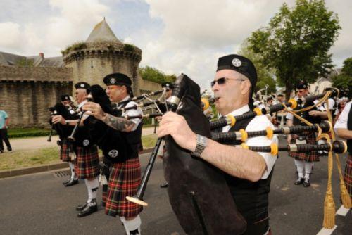 Patrick PILARD et Askol Ha Brug Pipe Band au défilé dans les rues de Guérande