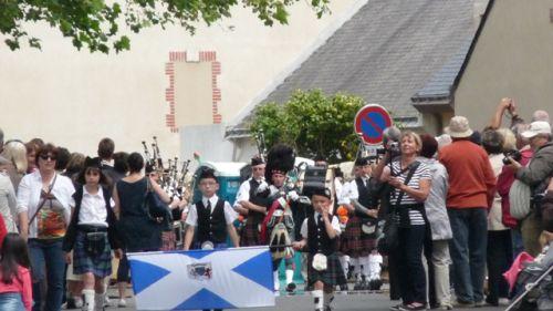 Askol Ha Brug Pipe Band au défilé dans les rues de Guérande