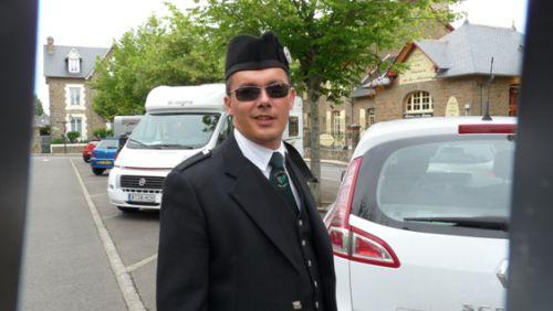 Yffig, le tombeur avec ses lunettes noires