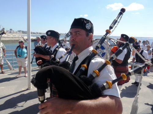 Xavier et Askol Ha Brug Pipe Band au défilé de la fête Bretonne du Pouliguen