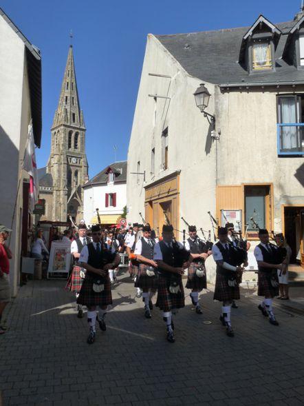 Askol Ha Brug Pipe Band au défilé de la fête Bretonne du Pouliguen