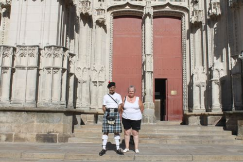 Sylvie et Reun devant la cathédrale de Nantes
