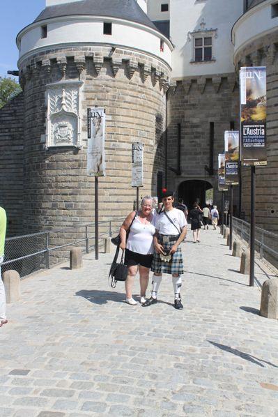 Sylvie et Reun devant l'entrée principale du Château des Ducs de Bretagne