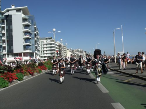 Askol Ha Brug Pipe Band on the beachfront at