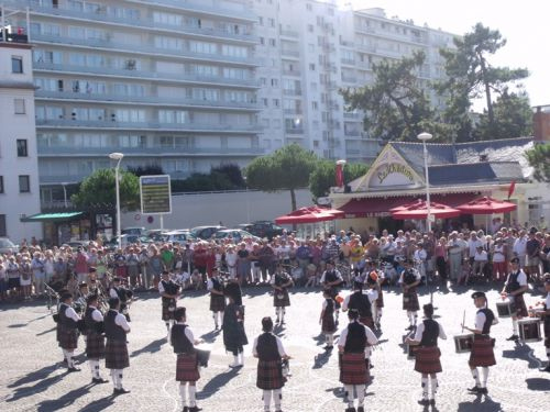 Askol Ha Brug Pipe Band on the place at