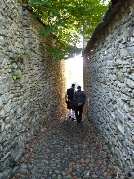 Didier et Philippe dans les vieilles rues de Montalieu-Vercieu