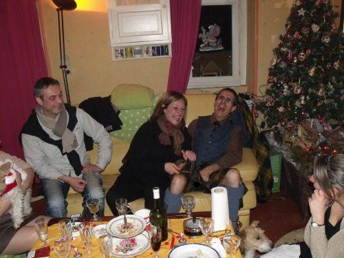 Sylvie; A sa droite son frère et à sa gauche Reun (in kilt of course)