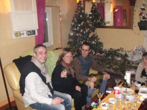 Sylvie; A gauche son frère et à droite Reun (in kilt of course)